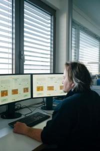 Mann vor 2 Bildschirmen, Titelbild Webinar Analytikdaten